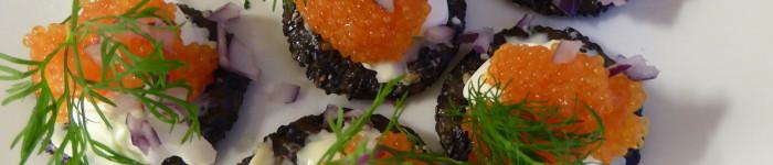 Svarta sesamkex med crème fraiche och rom