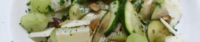 Zucchini med selleri, mandel, parmesan och vindruvor