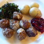 köttbullar potatis gräddsås lingon grönkålschips